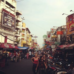 Photo taken at ถนนข้าวสาร (Khao San Road) by Stussy g. on 2/13/2013