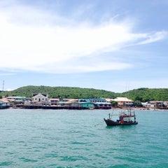Photo taken at ท่าหน้าบ้าน เกาะล้าน by Tal S. on 5/22/2015