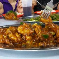 Photo taken at 金龙餐厅 Restaurant Kim Leong by Ruby C. on 6/14/2014