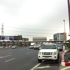 Photo taken at ด่านฯ ประชาชื่น - ขาออก (Prachachuen Toll Plaza - Outbound) by artracing on 1/28/2013