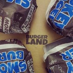 Foto tomada en Burger Land por Donya el 6/5/2013
