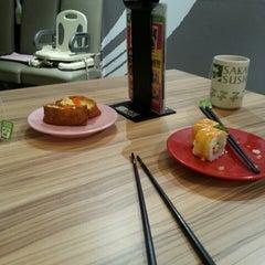 Photo taken at Sakae Sushi by Miss L. on 8/16/2013