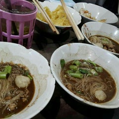 Photo taken at เรือทอง (Rue Thong Boat Noodle) by Kullavee on 10/31/2015