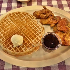 Photo taken at Roscoe's House of Chicken and Waffles by Damitric E. on 4/27/2013