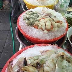 Photo taken at ข้าวต้มปลา (ตรอกถั่วงอก) by KokWow (. on 11/23/2014