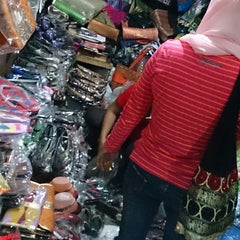 Photo taken at Pasar Kumbasari (Kumbasari Market) by Ikhwan A. on 11/16/2014