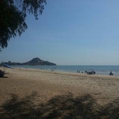 Photo taken at ชายหาดสวนสนประดิพัทธ์ (Suan Son Pradipat Beach) by Pongsak K. on 5/3/2013