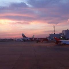 Photo taken at Don Mueang International Airport (DMK) ท่าอากาศยานดอนเมือง by Wisit K. on 11/20/2013