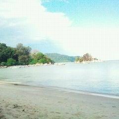 Photo taken at Batu Ferringhi Beach by Nawawi A. on 12/4/2011