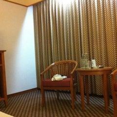 Photo taken at Diamond Plaza Hotel (โรงแรมไดมอนด์พลาซ่า) by Kanok L. on 4/8/2011