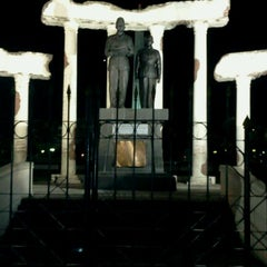 Photo taken at Tugu Pahlawan by firmana A. on 6/15/2012