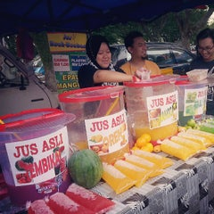 Photo taken at Bazar Ramadhan Seksyen 17 by Zahin Z. on 7/20/2013