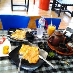 Photo taken at Kedai Mendoan by Laura santi helda P. on 2/22/2014