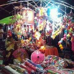 Photo taken at ถนนคนเดินวัวลาย (Wualai Saturday Nightmarket) by Amnat S. on 12/29/2012