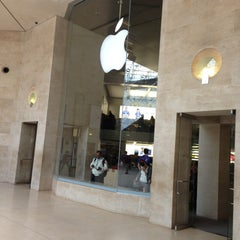 Photo taken at Apple Store, Carrousel du Louvre by Pavel N. on 4/29/2013