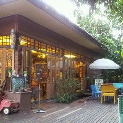Photo taken at ณ ปลายโพงพาง @ อัมพวา by Natawuth B. on 10/20/2012
