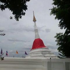Photo taken at วัดปรมัยยิกาวาสวรวิหาร (Wat Poramaiyikawas Worawihan) by Lin D. on 7/18/2015
