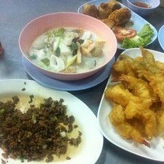 Photo taken at ข้าวต้มจอมพลัง by Maynie May  on 8/17/2013