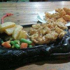 Photo taken at Kampoeng Steak by Vyne A. on 9/29/2013