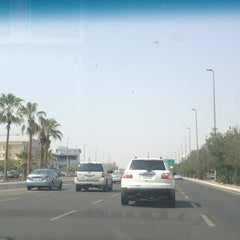 Photo taken at King Abdulaziz Road | طريق الملك عبدالعزيز by Sondos on 9/16/2013