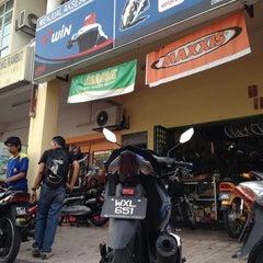 Photo taken at Kedai Motor How Hwa by Kaiz L. on 9/11/2013
