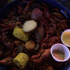 Photo taken at Tewbeleaux's Sports Bar & Grill by Lauren E. on 5/10/2015