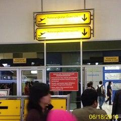 Photo taken at Garuda Indonesia Executive Lounge by AT E. on 6/17/2014