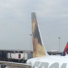 Photo taken at Gate E5 by T F. on 9/25/2014