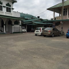 Photo taken at Masjid Tok Guru Pulau Melaka by Zulkifli A. on 2/26/2015