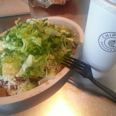 Photo taken at Chipotle Mexican Grill by Jung Ho H. on 6/17/2013
