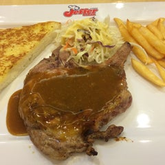 Photo taken at Jeffer Steak (เจฟเฟอร์) by June . on 5/17/2015