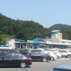 Photo taken at 섬진강휴게소 by DaeEop L. on 9/18/2013