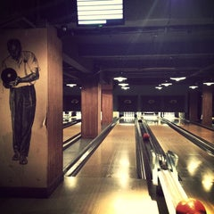 Photo taken at Bloomsbury Bowling Lanes by Jonathan J. on 2/1/2013