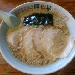 Photo taken at らーめん昭和屋 扇町店 by natsume on 9/1/2013
