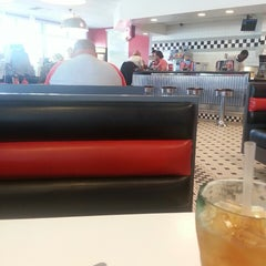 Photo taken at Steak 'n Shake by Henderson S. on 7/8/2013