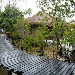 Photo taken at The Blue Sky Resort Koh Payam (เดอะบลูสกายรีสอร์ท เกาะพยาม) by Nuchjung on 8/6/2015
