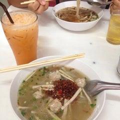 Photo taken at ร้านพรเทพ อาหารเช้ายอดนิยม by Duangdao A. on 5/16/2014