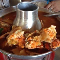 Photo taken at ร้านอาหาร เพื่อน (แม่กลอง) by Jeab O. on 4/12/2014