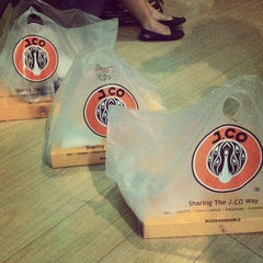 Photo taken at J.CO Donuts & Coffee by Bench B. on 3/30/2013