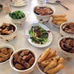 Photo taken at 宝香绑线肉骨茶 (Pao Xiang Bak Kut Teh) by Loo J. on 12/15/2013