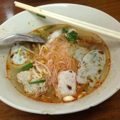 Photo taken at แซว ก๋วยเตี๋ยวหมู (Saew Noodle Shop) by Toey t. on 6/8/2015