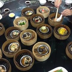 Photo taken at ท่องกี่ ภัตตาคาร (Thong Kee Restaurant) by Pim on 9/4/2014