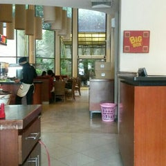 Photo taken at Pizza Hut by Lian N. on 4/20/2015