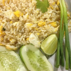 Photo taken at ข้าวผัดปูเมืองทอง ๑ (Mueang Thong Crab-meat Fried Rice 1) by anemone_toonny on 5/11/2013