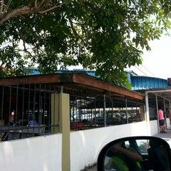 Photo taken at SJKC Serdang Baru 2 by Rei Ni Y. on 11/13/2013