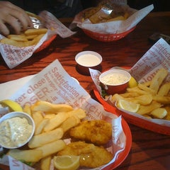 Photo taken at Red Robin Gourmet Burgers by 💋KaKi💋 on 1/19/2013
