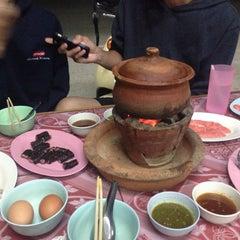 Photo taken at ซุ้ม 2 หมูจุ่ม หน้าวัฒโน by Prang R. on 1/15/2015