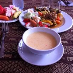 Photo taken at แว่นฟ้าราชวงษ์ (Wan Fah Restaurant) by Diana Y. on 10/25/2014