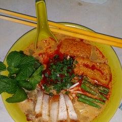 Photo taken at Kedai Makanan & Minuman USJ 2 (USJ 2 美食中心) by Jimmy P. on 3/15/2014