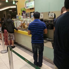 Photo taken at Tutti Frutti Frozen Yogurt by Alline S. on 12/2/2012